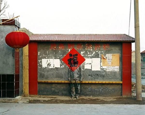 الرجل الخفي: فنان يرسم على نفسه ليندمج مع البيئة من حوله