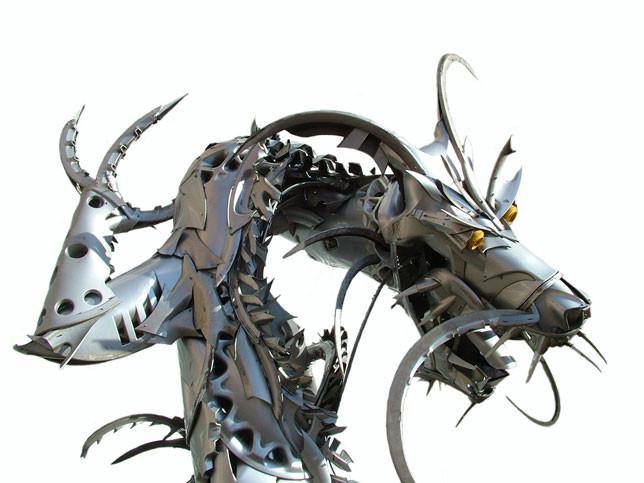 فنان يحول أغطية إطارات السيارات إلى منحوتات رائعة