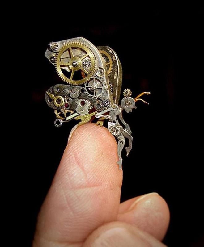 منحوتات صغيرة مفصلة مصنوعة من قطع ساعات قديمة