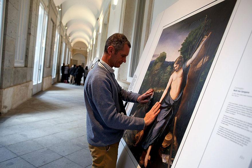 متحف إسباني يعطي فاقدي البصر إمكانية