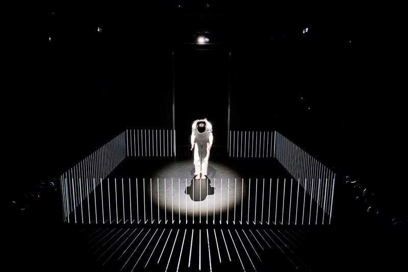 أداء رقص مدهش و منحني للضوء