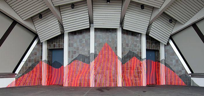 فنان جرافيتي يستخدم أشرطة لاصقة بدل الدهان