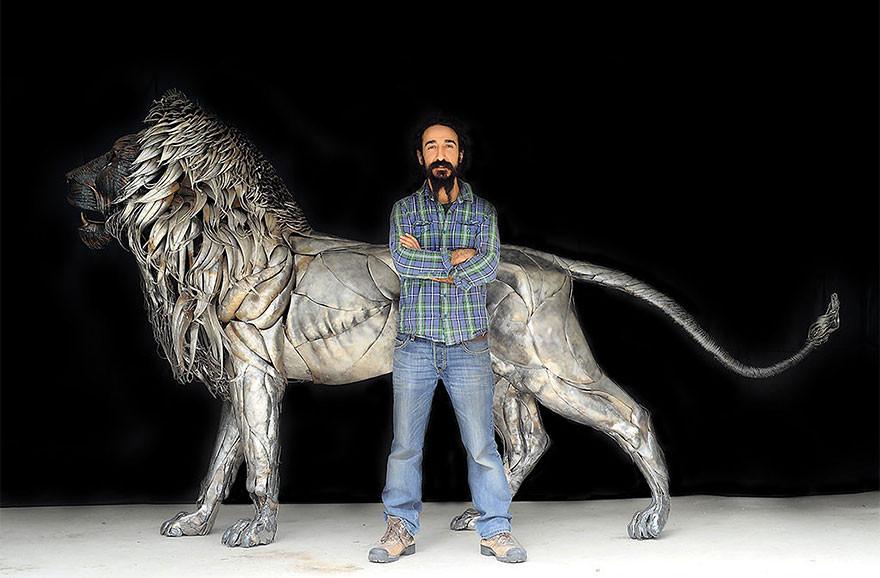 فنان تركي ينحت أسد من من 4000 قطعة معدنية