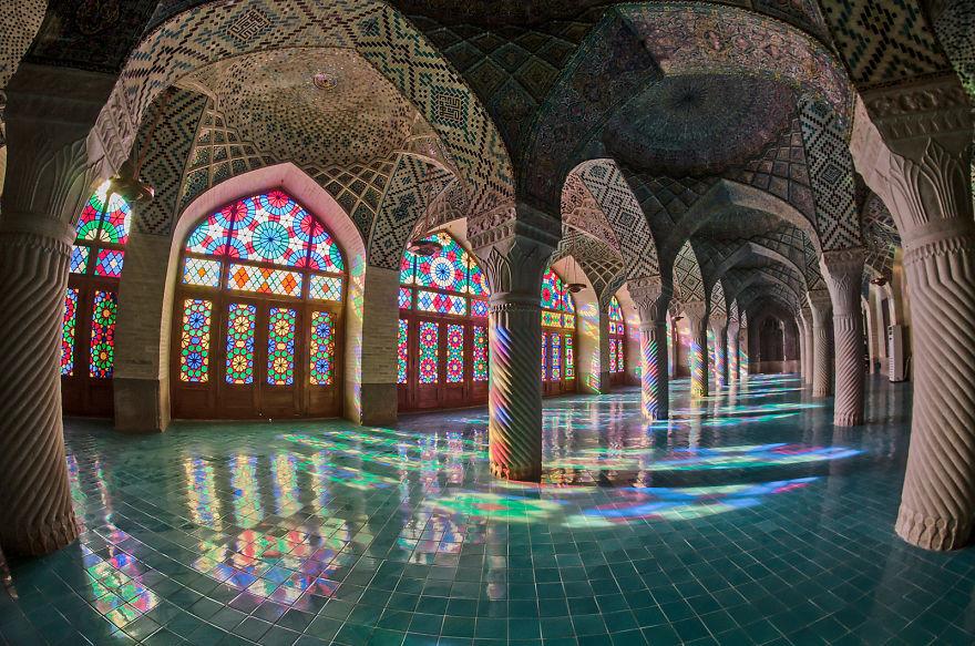 الألوان المذهلة لمسجد نصير الملك