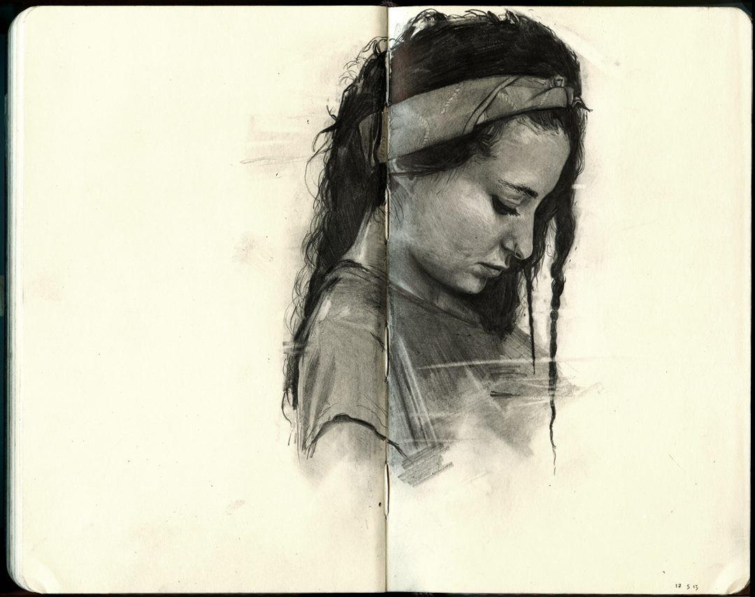 فنان يرسم لوحات غاية في الإبداع لأصدقائه باستخدام أقلام الجرافيت