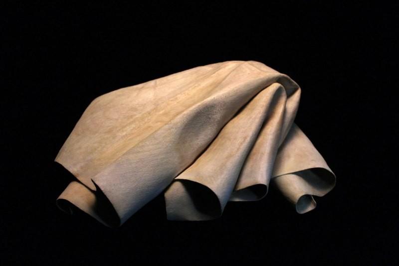 الفنان توم ايكرت يصنع منحوتات من الخشب تبدو وكأنها أقمشة ناعمة