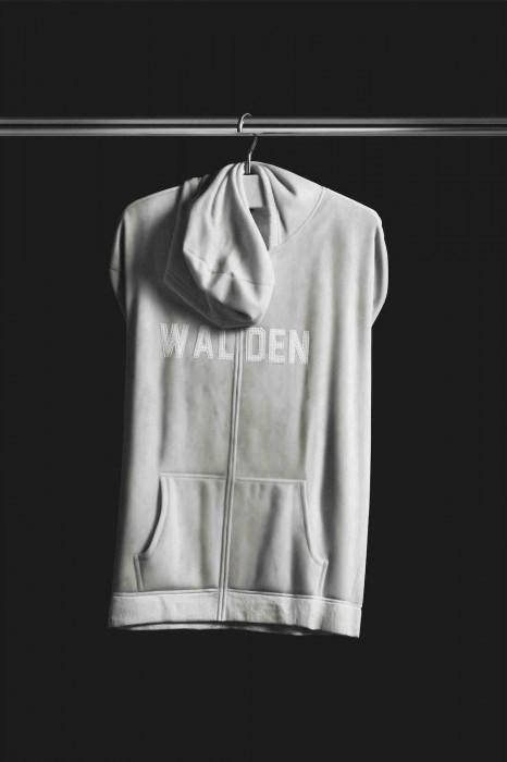 فنان يقوم بنحت ملابس باستخدام الرخام تبدو كالحقيقية