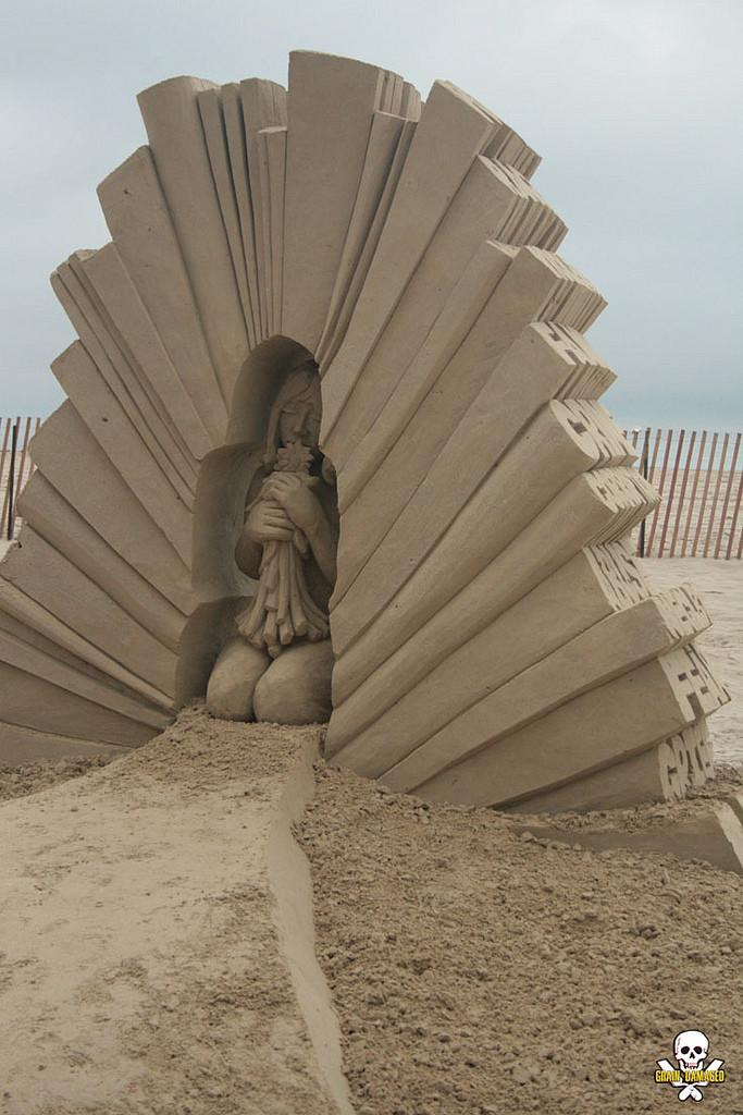 كارل جارا ينحت تماثيل رملية مذهلة