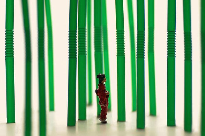 فنان ياباني يصنع شخصيات مصغرة تتفاعل مع الحياة بأسلوب ابداعي