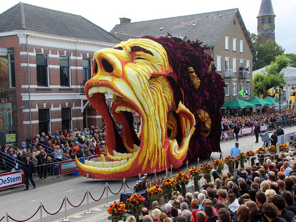 """الموكب السنوي """"كورسو زوندرت"""" يكرم فان جوخ من خلال مجسمات كبيرة مزينة بالورود"""