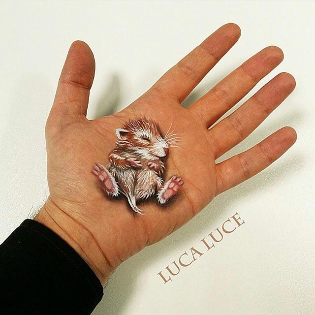 فنان إيطالي يرسم صور مثيرة للإعجاب على كف يده