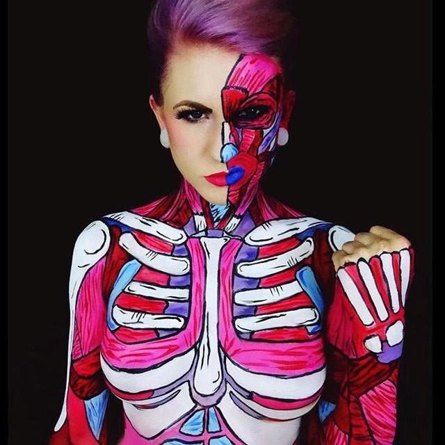هذه الفنانة تحول نفسها إلى وحوش جميلة من خلال الرسم على جسدها