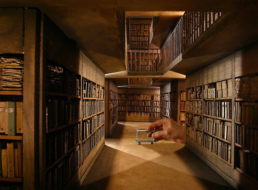 أكثر من ١٠٠ مشهد تصويري بأحجام صغيرة جدا من صنع الفنان دان آلمان