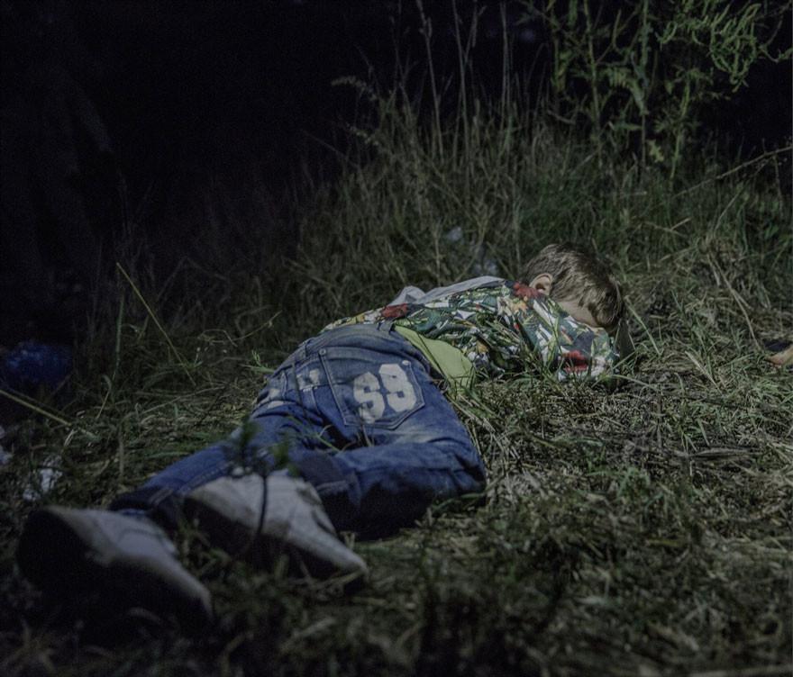 مصور فوتوغرافي يصور أماكن نوم الأطفال اللاجئين السوريين