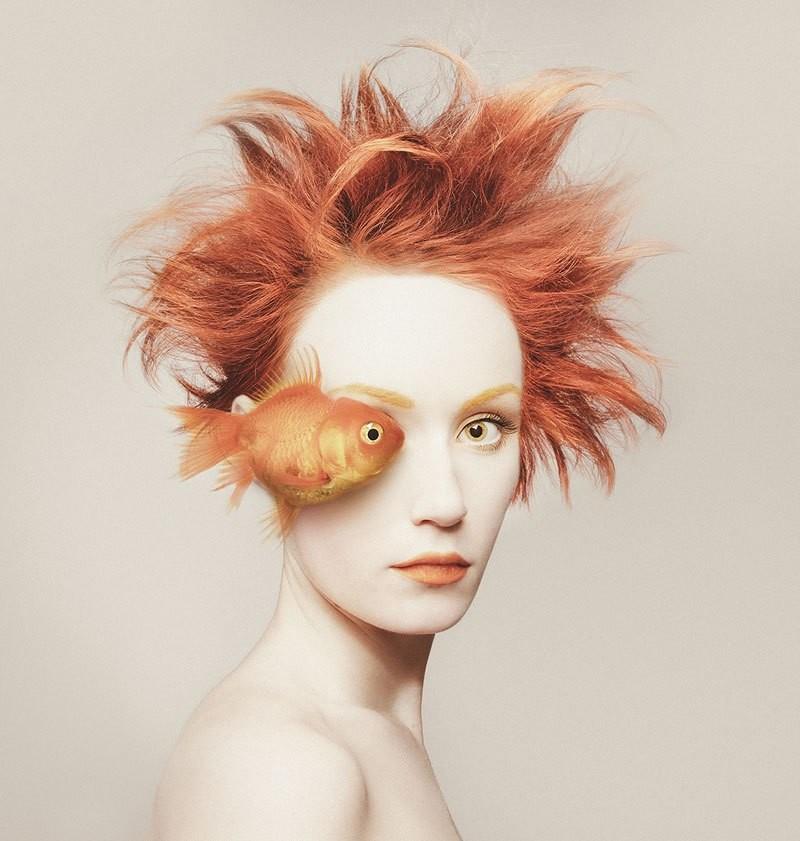 فنانة تستبدل عينها اليمنى بعيون الحيوانات في صورها الذاتية