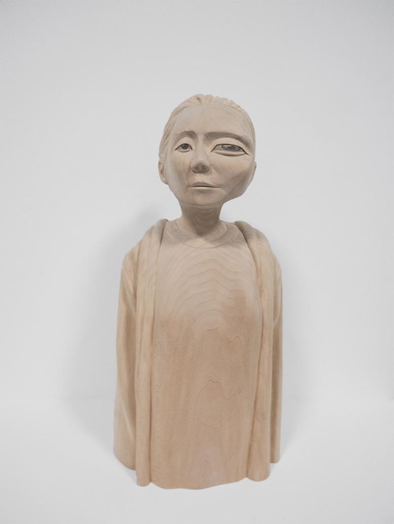 منحوتات خشبية لأشكال بشرية محرفة