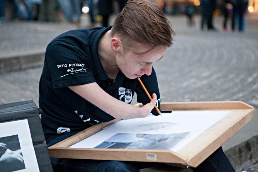 فنان ولد من غير يدين يحقق حلمه في الفن الواقعي