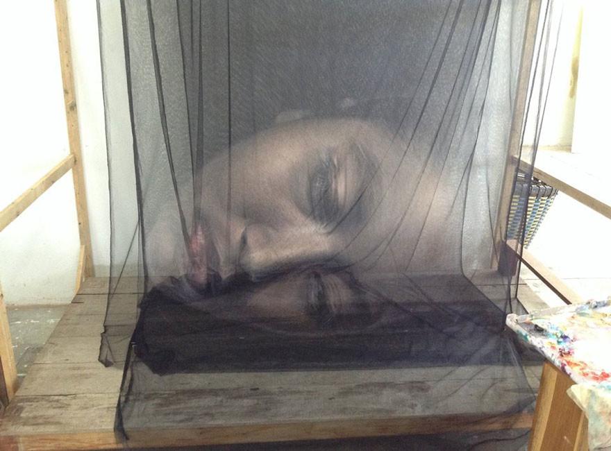 فنان تايلندي يصنع فن ثلاثي الأبعاد باستخدام الخيوط والشباك