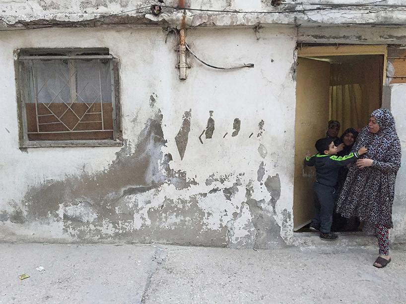 فنان إسباني يصنع من قشور الجدران رسومات تذكيرية في مخيم الحسين للاجئين الفلسطينيين