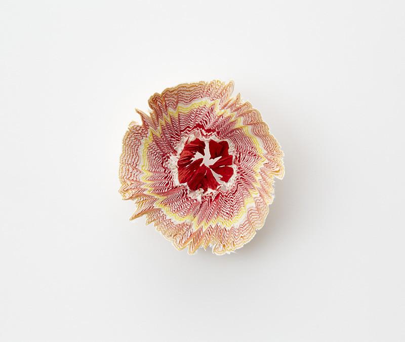 زهور ورقية صغيرة مستوحاة من برِي أقلام الرصاص