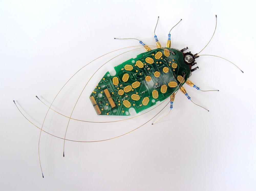 حشرات مصنوعة من القطع الالكترونية لألعاب الفيديو وأجهزة الكمبيوتر
