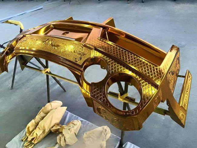 سيارة نيسان GT-R  المطلية بالذهب تترك انطباعاً كبيراً في معرض طوكيو للسيارات 2016