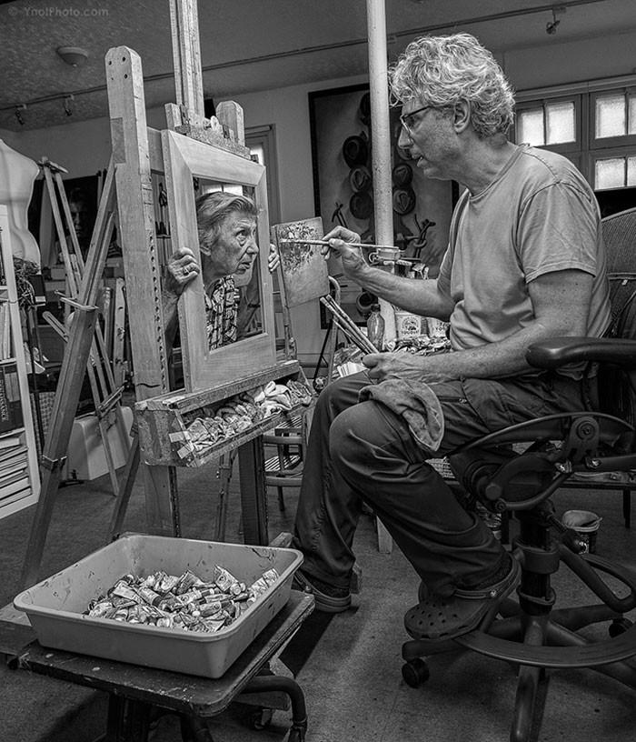 فنان ينتج أعمال فنية بمشاركة والدته التسعينية