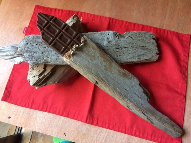 نحّات يعبّر عن حبه للأكل من خلال منحوتات خشبية تبدو واقعية جداً
