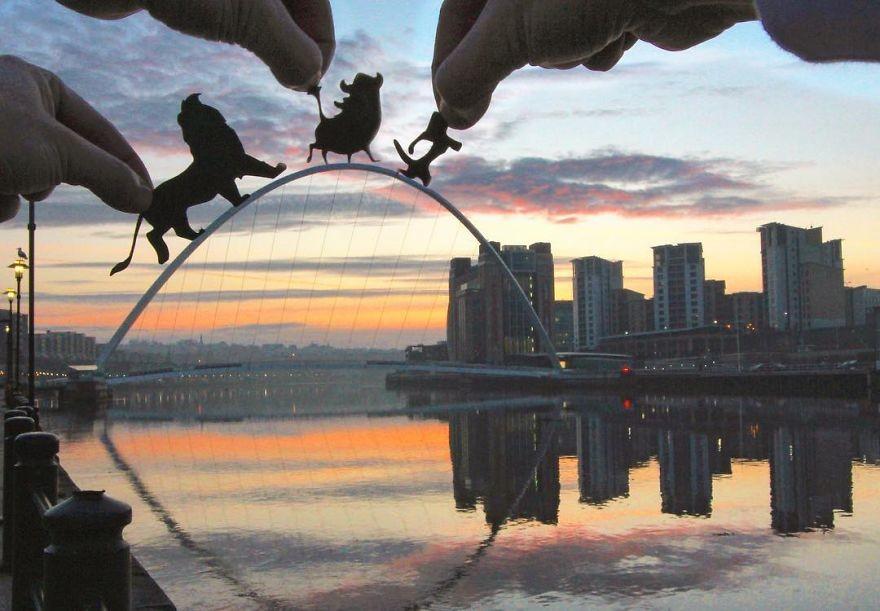 فنان يدخل فن قصاصات الورق في صوره الفوتوغرافية ليحولها إلى أعمال فكاهية