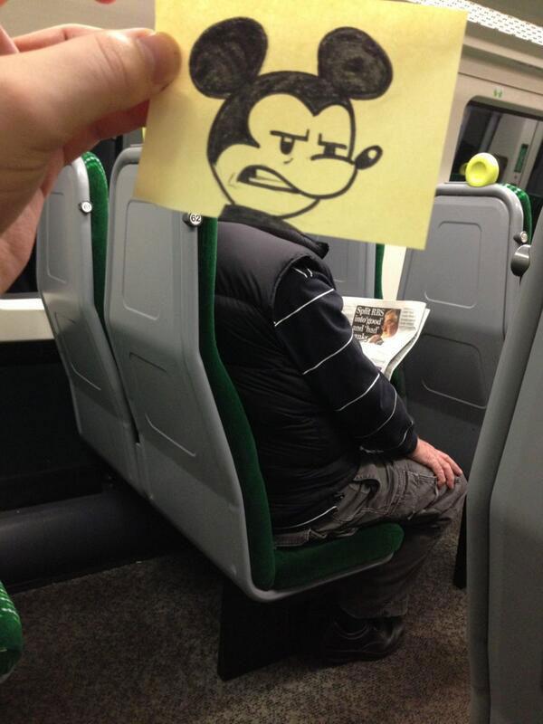 رسام يعطي ركاب القطار وجوه كرتونية في طريقه إلى العمل