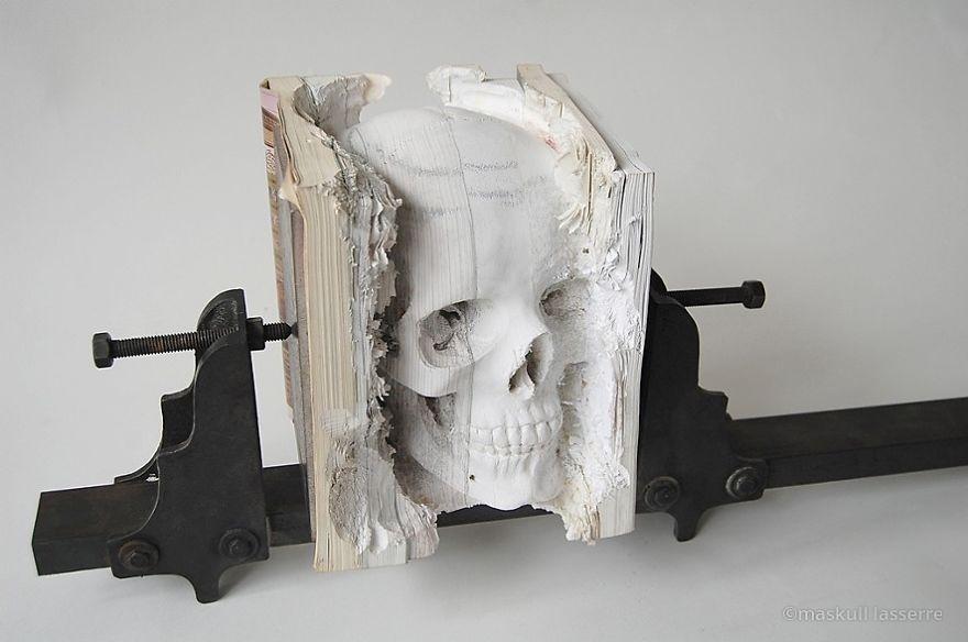 تحويل كتب قديمة إلى منحوتات رائعة