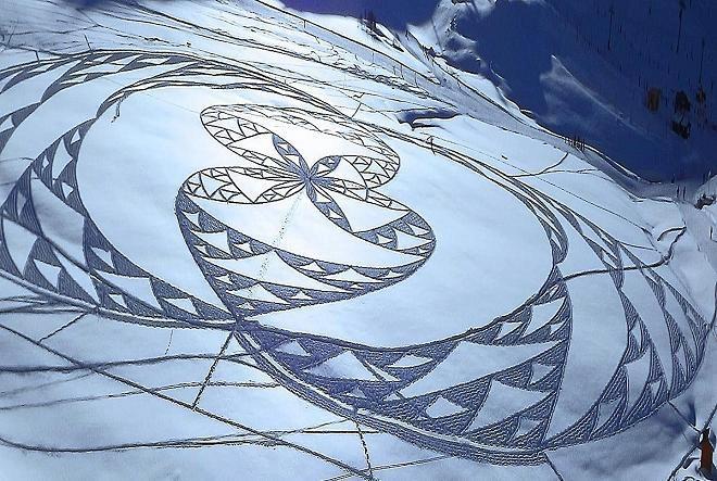 خطى على الثلج تخلق زخارف فنية ضخمة
